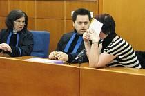 Při pondělním soudním jednání byla přítomna pouze obžalovaná Hatašová(na snímku vpravo). Lochařová se omluvila na svůj zdravotní stav. V pátek již v soudní síni bylat také ona