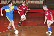 Třetí zimní liga pokračovala předposledním turnajem. Snímek je z utkání Sparta B - 1. FC Kopeček Jirkov, který fotbalisté Sparty vyhráli 3:1. Třetí ligu vede tým S.L.Z.A. Žízeň.