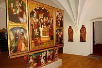 NOVÁ EXPOZICE. Uprostřed jedné z místností je Želinský oltář od Mistra I. W. z roku 1526. V pozadí jsou vidět sochy sv. Kateřiny a sv. Barbory z doby kolem roku 1510, pravděpodobně z Hasištejna.