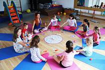 Super, vždycky se moc těším na další den, hodnotí děti příměstský tábor v jirkovém Paraplíčku. Je zaměřený na cvičení jógy.