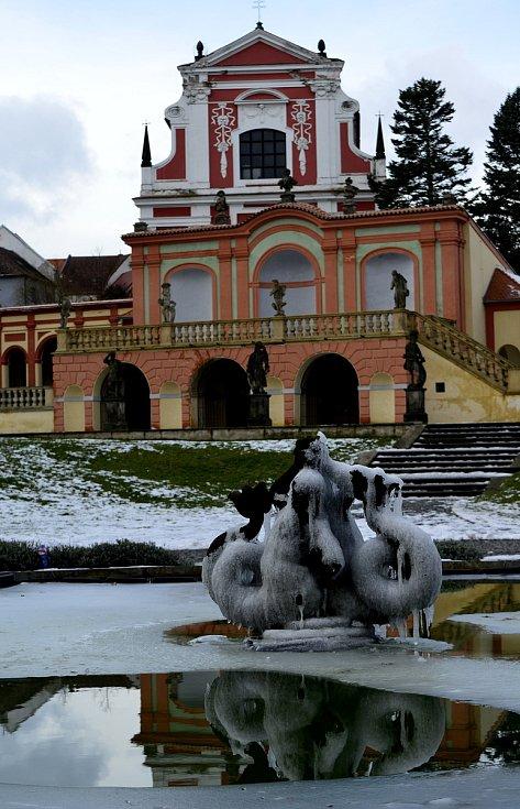 Lidé v době koronaviru se procházeli po po zámeckém parku a v prostranství lázních Evženie kde bylo otevřeno alespoň kavárenské okénko.
