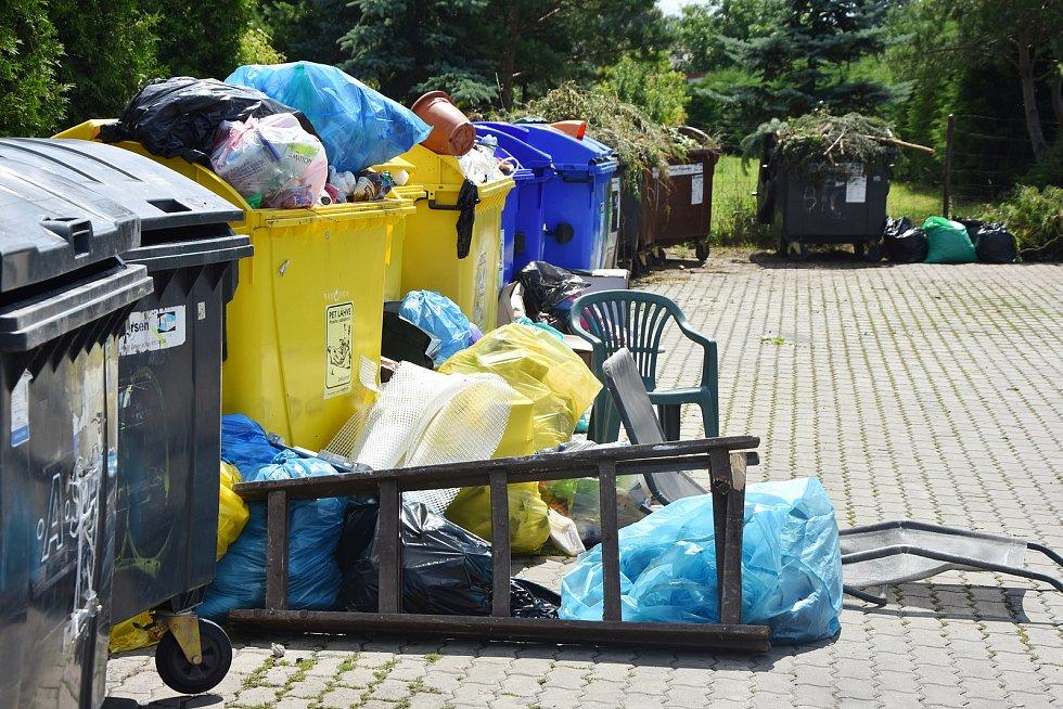 Fronta kontejnerů v chatové oblasti ve Vadkovicích často přetéká odpadem.