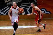 Levhartice BK Chomutov (v bílém) si vybojovaly postup do 1. ligy již tři kola před koncem finálové části.