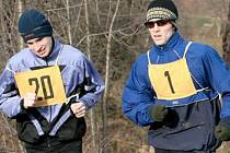 ZIMNÍ BĚŽECKÝ POHÁR KADAŇ. Dvojice, o které se v Zimním běžeckém poháru nejčastěji mluví – vedoucí junior Marián Mundok (20) a Jakub Coufal z Atletiky Kadaň, vítěz několika závodů a první v průběžném pořadí mladých mužů.