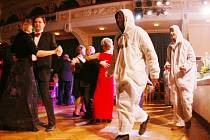 Členové o. s. Kuprospěchu pronikli i do divadelního sálu a  vmísili se mezi tanečníky.