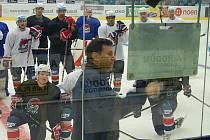 Hlavní kouč Pirátů Vladimír Růžička vysvětluje týmu postup při další fázi tréninku.