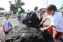 Zejména městské děti, kterým se uhlí do rukou ještě nikdy nedostalo, se s chutí pustily do jeho kutání z velké hromady. Že se trochu zašpiní, jim vůbec nevadilo.