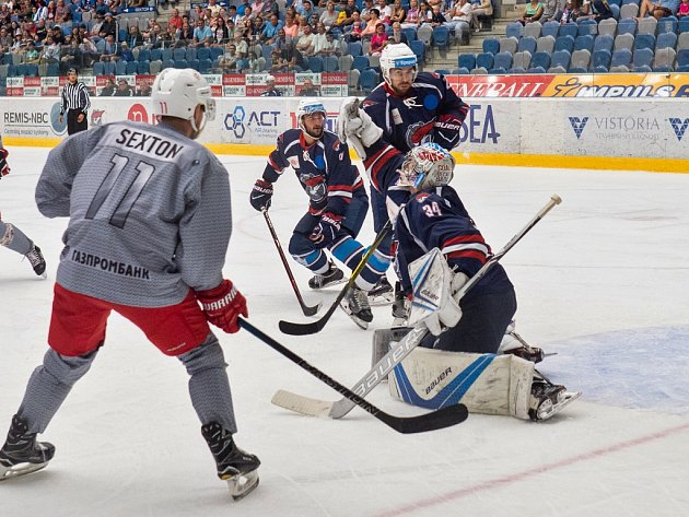 Utkání Chomutova (v modrém) proti týmu Avtomobilist Jekatěrinburg