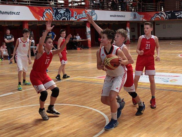 Snímek je z utkání Levhartů (v bílých dresech), proti Klatovům. Levharti vyhráli o osm bodů.
