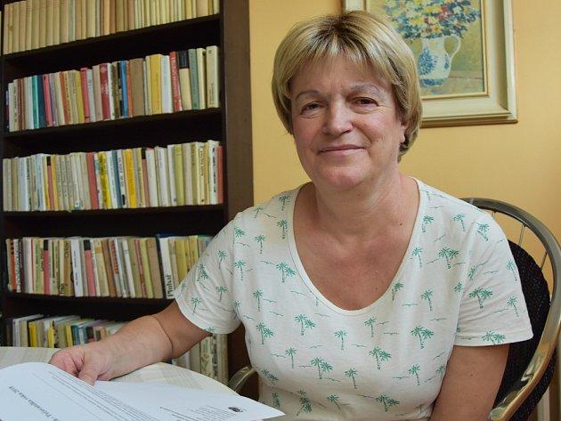 Dana Prokešová převzala pozvánku na slavnostní vyhlášení oceněných pracovníků.