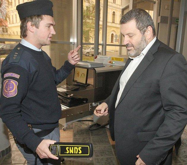 Alexandr Novák při příchodu do soudní budovy.