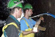Zaměstnanci ukotvují v přívodní štole potrubí, jímž do malé vodní elektrárny Želina poteče pitná voda.