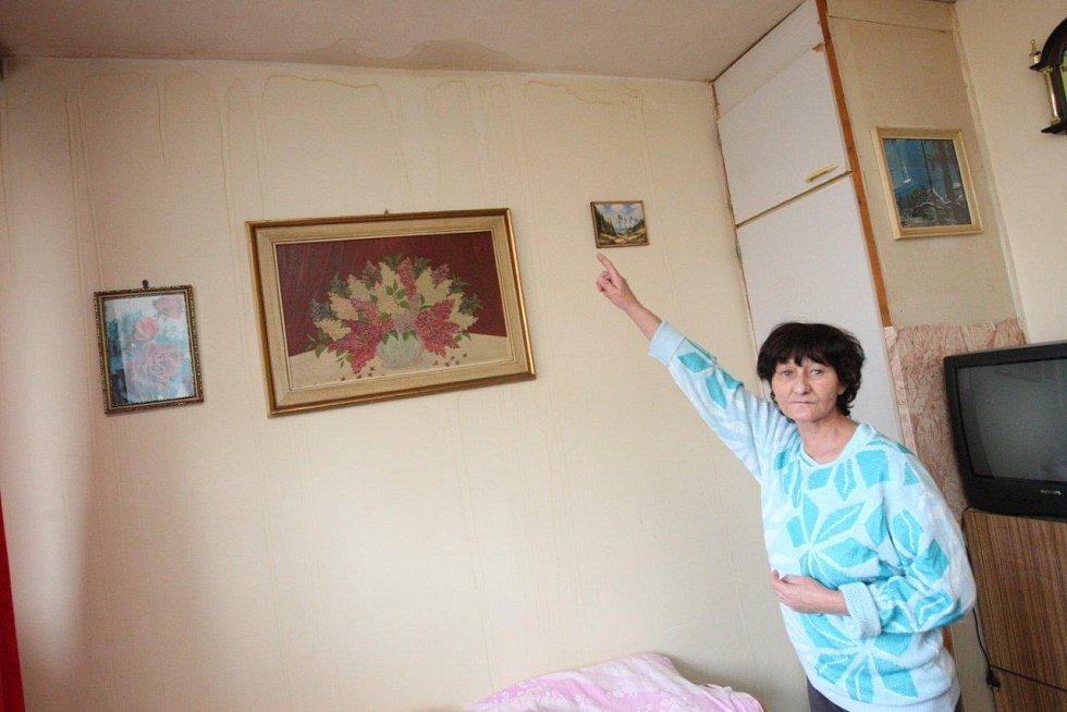 Stropy máme promáčené, stěžuje si Marie Šaděrková ze čtvrtého patra.