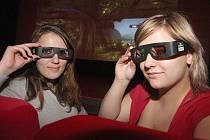 3D BRÝLE. Monika Radecká a Martina Donovánová v kadaňském kině se speciálními brýlemi, které umožňují vidět promítaný film trojrozměrně.