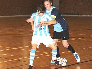 Junioři FC Baníku Chomutov U17 (tmavě modří), na turnaji ve Spořicích ani jednou nezaváhali.