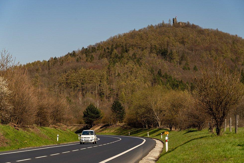Nad zříceninou hradu Šumburk zavlála vlajka České republiky