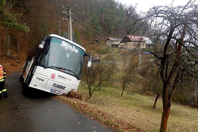 Autobus schomutovskými florbalisty sjel uMalé Skály zcesty