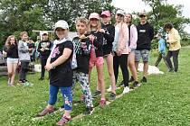 Sjezd na lyžích, ale hromadné pochodování na prknech, dalo dětem zabrat.