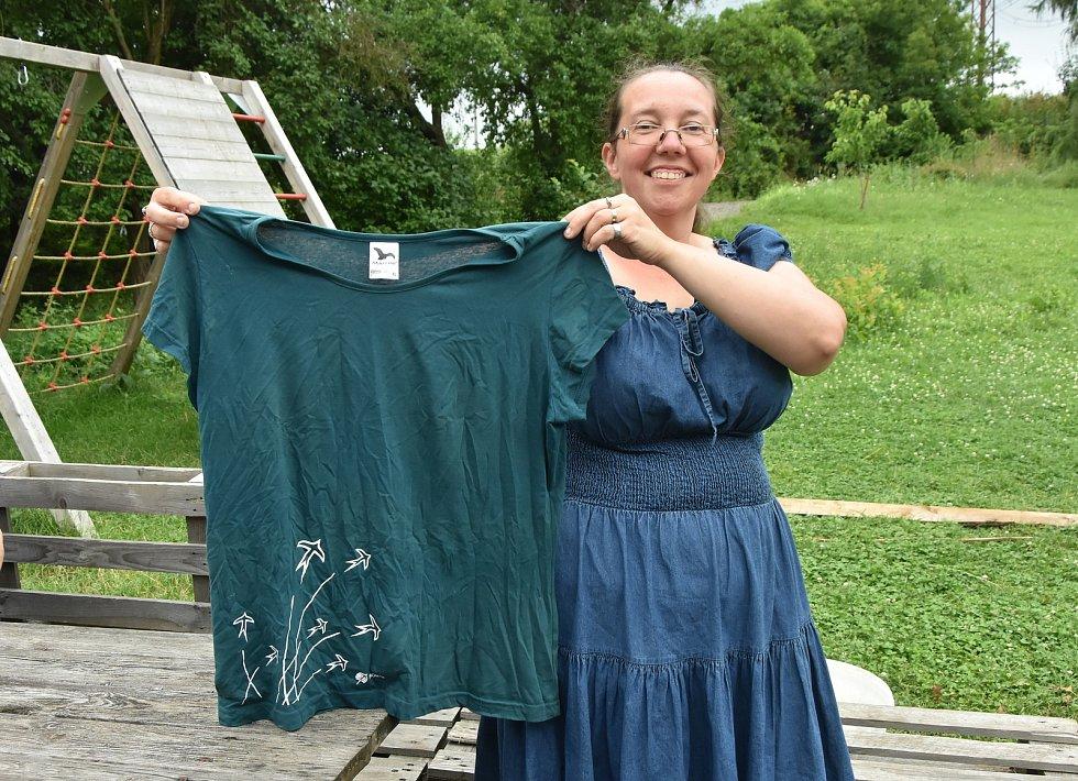 V Zásadě u Kadaně táboří pionýrská skupina z Ústí nad Labem. Všechny děti mají tato trička.