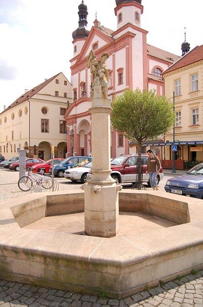 Fontána na chomutovském náměstí 1. máje začne tryskat vodu za několik dní.