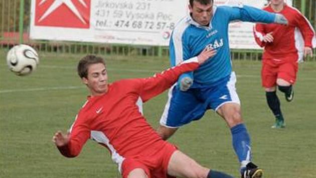 FOTBALOVÁ 1. A TŘÍDA pokračovala o víkendu zápasy devátého kola. Tři body si v něm připsali fotbalisté Spořic, béčka LoKo Chomutov i Strupčic, které doma porazily Kopisty 3:1.