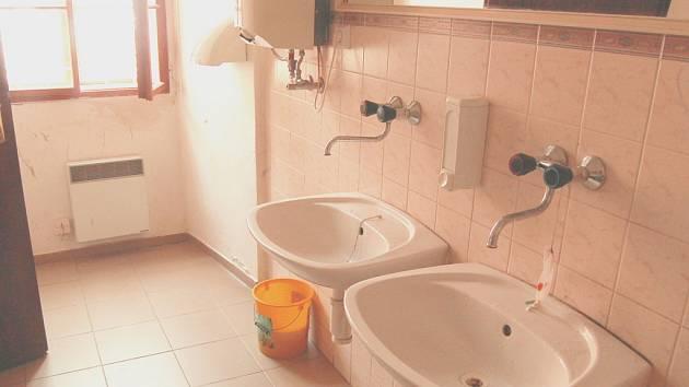 Interiér záchodků v Klášterci nad Ohří.