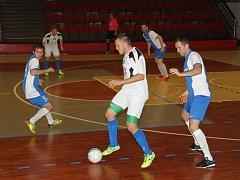 Baník Chomutov (v modrobílém) postoupil za čtyři roky existence vždy do vyšší soutěže. Letos skončil ve druhé lize šestý.