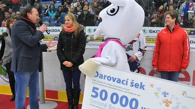 SIMONA BAUMRTOVÁ převzala před vyprodanou pirátskou arénou šek na příští sezonu.
