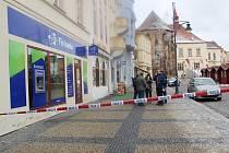 Kriminalisté při vyšetřování přepadení banky na náměstí 1. Máje v Chomutově