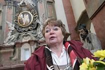 """Marie Svobodová je proslulá malbou koníčků a obrazů, které podle mnohých dokáží pohladit po duši. V posledních letech ale také """"navrací"""" obrazy kostelům. Na snímku za ní olejomalba, kterou darovala městu pro kostel sv. Ignáce."""