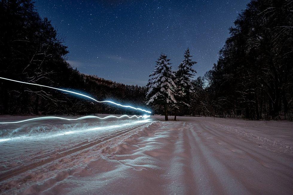 Bezručovo údolí je rájem turistů, ale i příznivců bíle stopy nejen ve dne, ale i v noc pod oblohou plné hvězd. (12.2.2021)