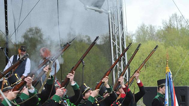 Ostrostřelecká rota města Chomutova vypálila čestnou salvu na závěr slavnostního ceremoniálu v Podkrušnohorském zooparku. V sobotu se zde konaly Chomutovské slavnosti a oslava čtyřiceti let založení zooparku.