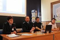 ZÁSTUPCE ředitele plukovník Zbyněk Dvořák (druhý z leva) pochválil výbornou práci celého vyšetřovacího týmu. Nadporučík Ljuben Goranov (druhý z prava) pracoval se svými lidmi na případu řadu měsíců.
