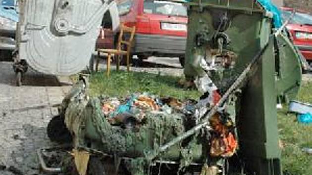 V žáru ohně se roztekly dva plastové kontejnery v Příční ulici, která sousedí s náměstím 1. máje.