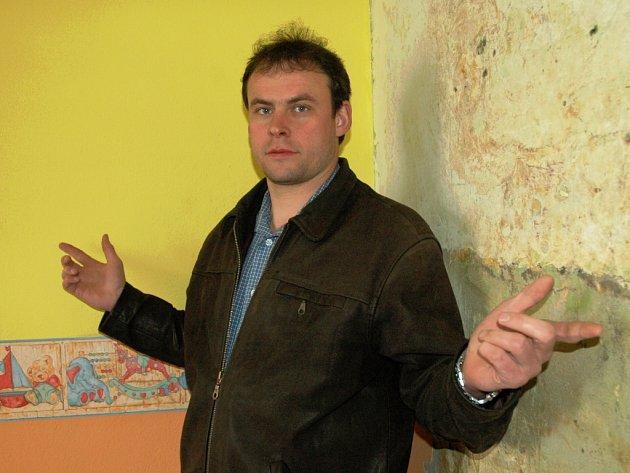 Starosta Strupčic Luděk Pěnkava v budově školky, kterou vyplavila voda.