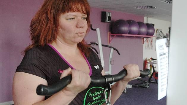 Paní Romana při cvičení v Contours fitness pro ženy.