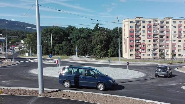 Kruhový objezd nad jirkovským Tescem je už hotový