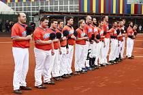 """Beavers při státní hymně na stadionu týmu SPECTRUM """"Copacabana"""" v Praze na Černém Mostě."""