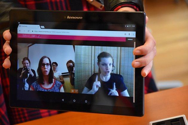 Na jedné straně může stát úřednice, na druhé online tlumočnice, která dotazy převede do znakové řeči. Neslyšící před tabletem díky tomu dostane odpovědi na své otázky. Na snímku vlevo je vroli úřednice Monika Hajnová zTichého světa.