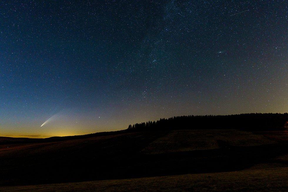 Kometa C/2020 F3 (Neowise) byla na noční obloze k vidění také na Chomutovku. Na snímku je pohled na Krušné hory a vysílač Jedlová hora u Chomutova. Foceno od Kamencového jezera.
