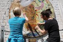 Restaurátoři mozaiku převezli z Chomutova do Litomyšle, kde jí vracejí původní krásu.