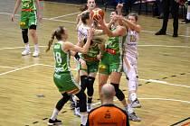 Boj o míč pod košem KP Brna. V chumlu hráček je vlevo v bílém Levhartice Monika Satoranská, vpravo Michaela Krejzová.