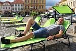 """""""Pohoda,"""" chválil si Miroslav Štěrba, který na kadaňském Mírovém náměstí vyzkoušel nové lehátko."""