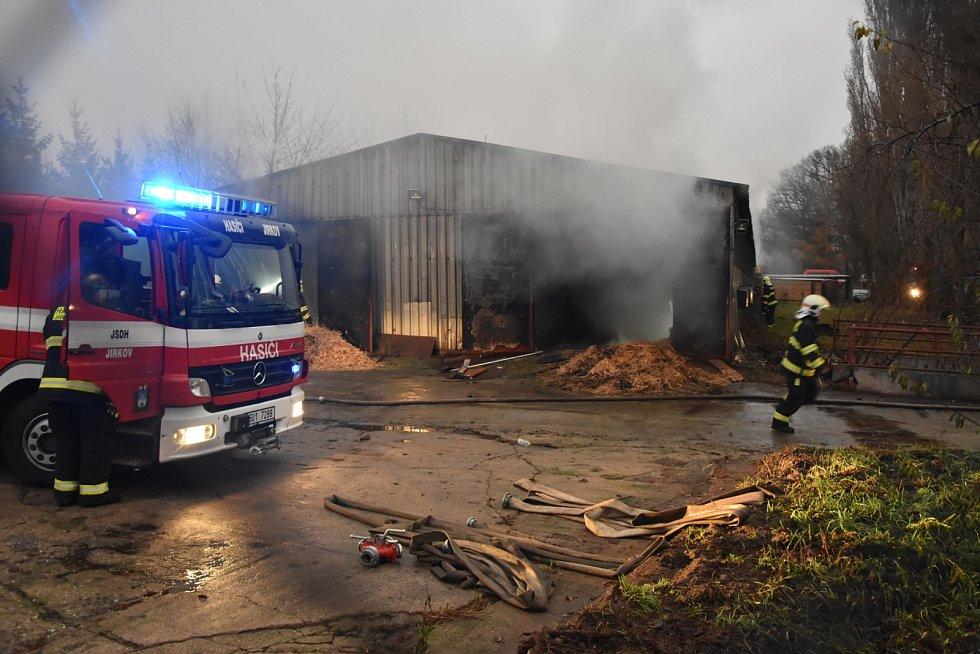 Hasiči zasahují u požáru slepičárny v Červeném Hrádku