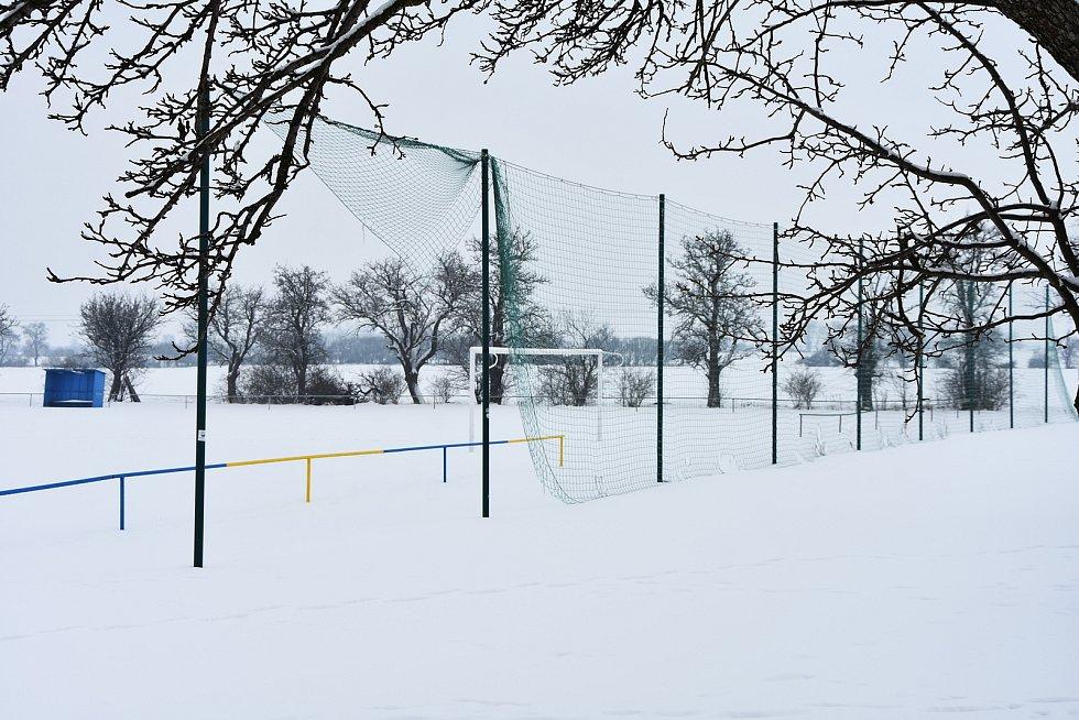 Hřiště zaváté sněhem.