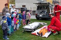 Záchranáři přišli za dětmi do MŠ Pošťáček ve Vrskmani