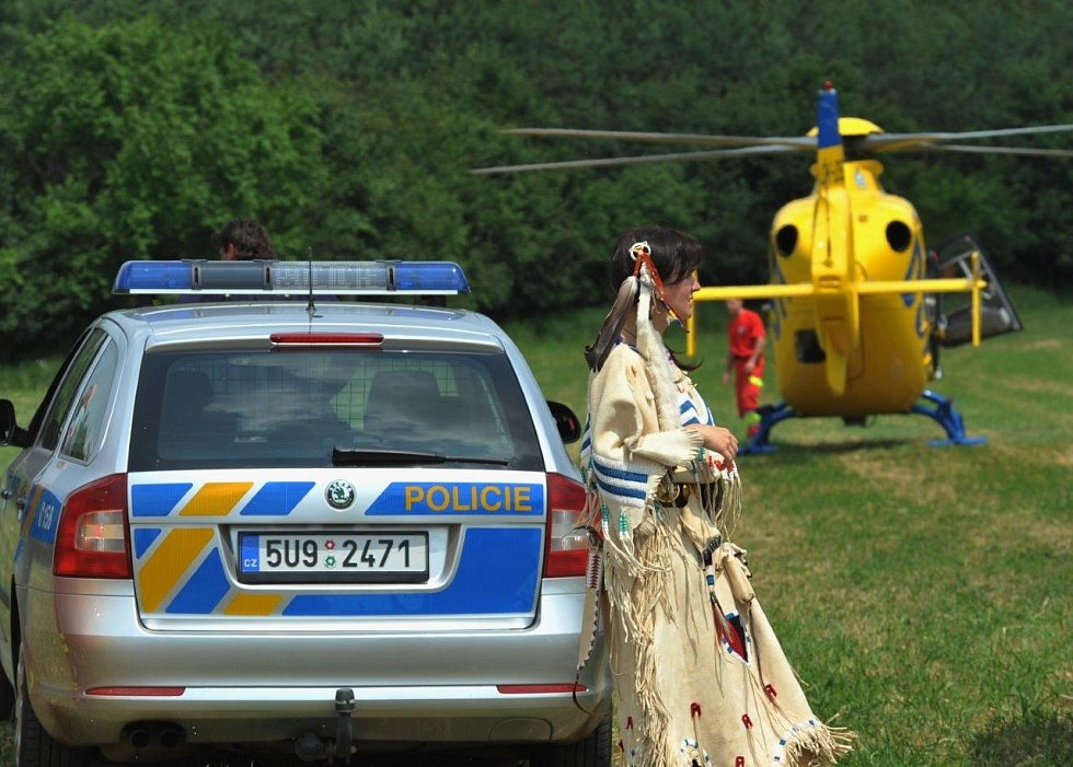Jednoho z kavaleristů, kterého shodil kůň, musel do nemocnice transportovat vrtulník.
