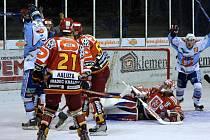 Snímky ze zápasu KLH Chomutov z HC VČE Hradec Králové.