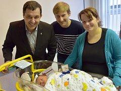 Malý Jakub se starostou Jirkova Radkem Štejnarem, maminkou Danielou a tátou Martinem Hrabalovými.