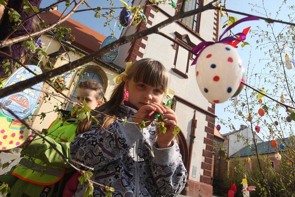 Na chomutovském náměstí se do velikonoční výzdoby zapojily děti z chomutovské mateřské školky Alešova, 2011.